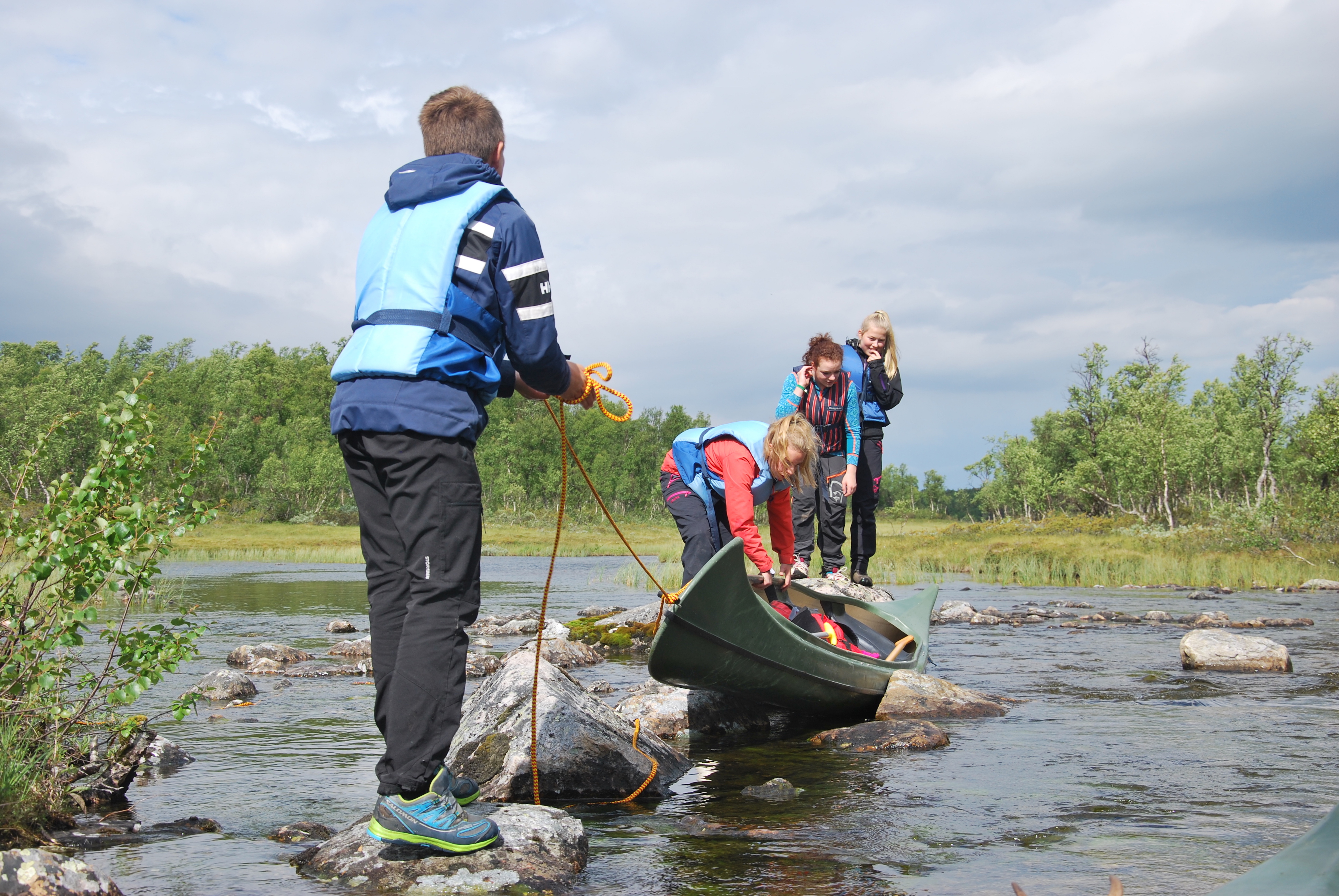 Ungdommer på kanotur. Foto: Fjelldriv. CC-BY-SA
