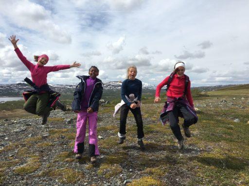Glade ungdommer på villspor i Sylan